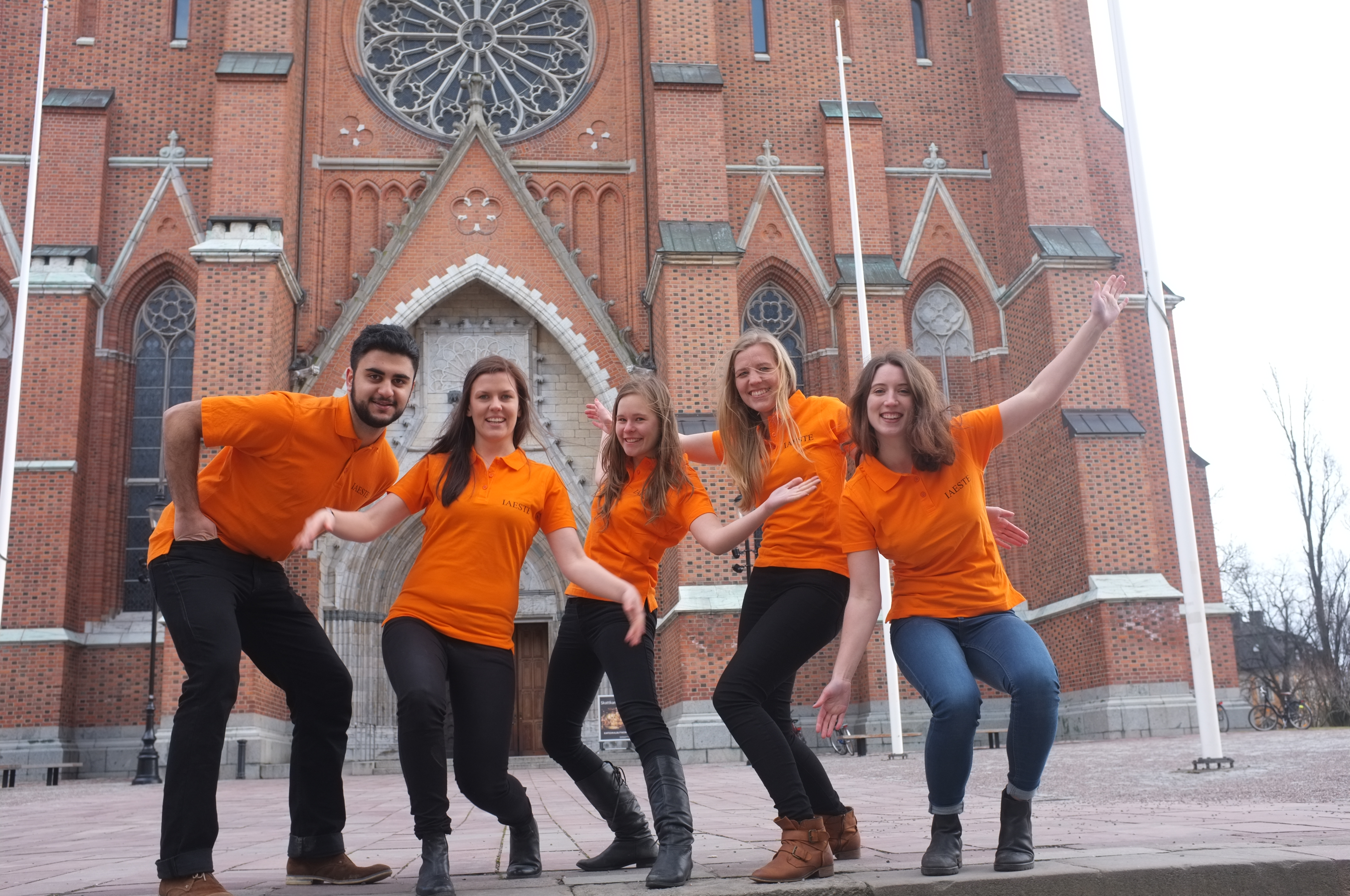 Du kan känna igen oss på våra orangea  tröjor